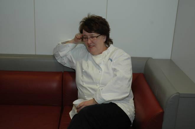 En rolig stund etter at middag til sultne oljearbeidere er klar. Linda Kleveland var kokk og forpleiningsleder på Oseberg feltsenter, nå er hun pensjonist.