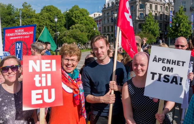 Leder i Attac, Petter Titland og Kathrine Kleveland, Nei til EU er i forgrunnen på bildene. Foto: Nei til EU