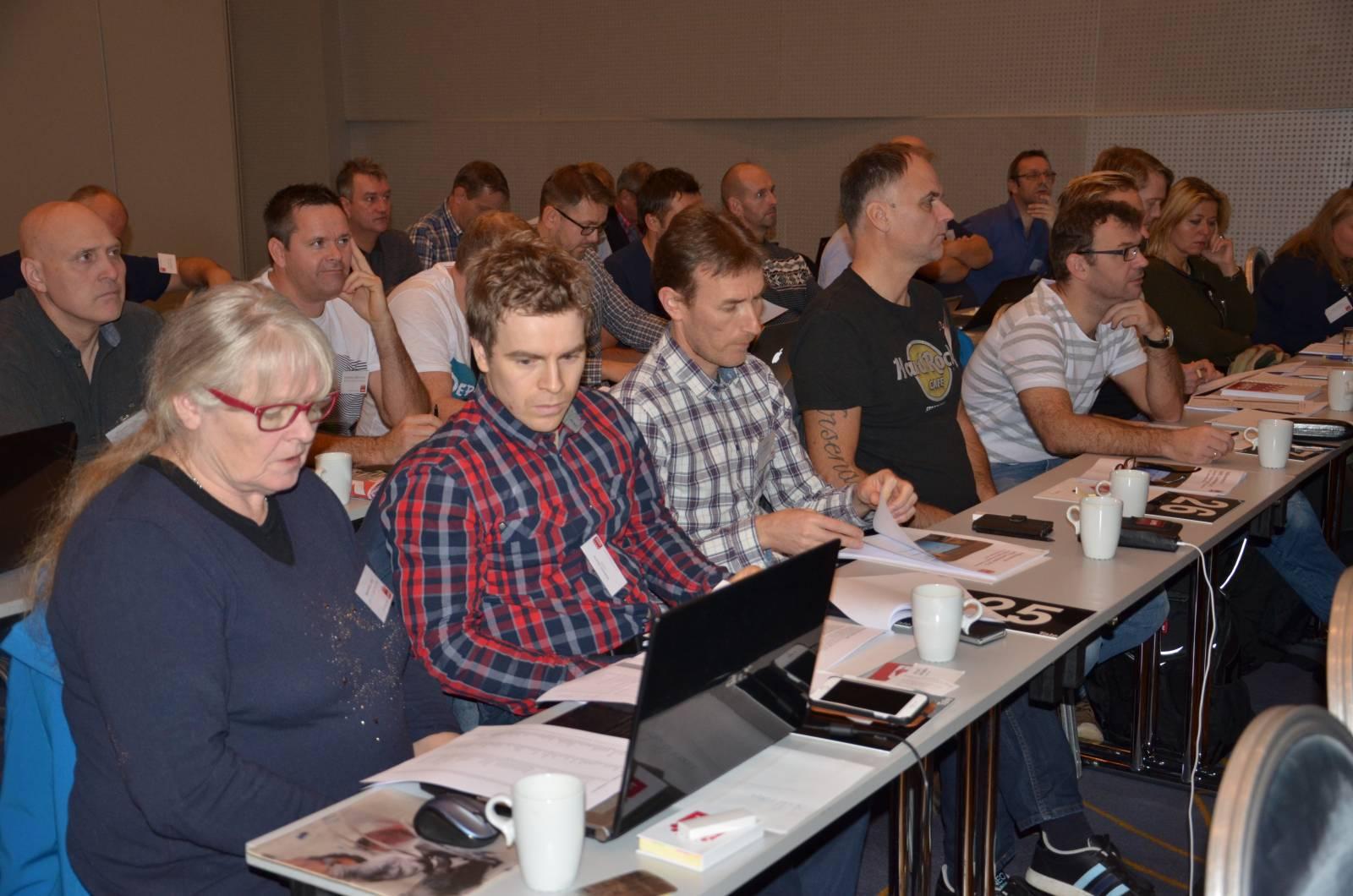 ISO-delegater under tariffdiskusjoner på landsmøtet.