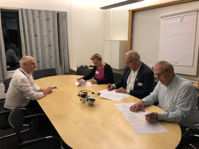 Felles signering. Foto: Bjarte Lygre