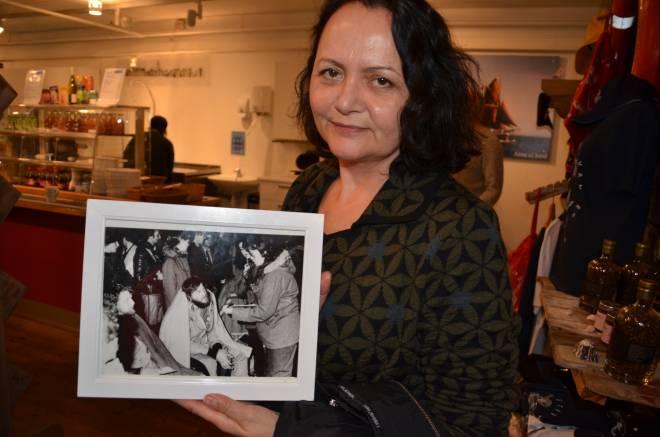Else Tungland med bildet som Kielland-nettverket fikk i gave. Foto: Mette Møllerop
