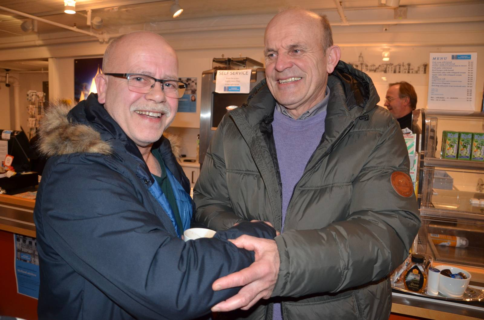 Oddbjørn Lerbrekk fikk endelig takket John Reidar Gard som kastet ut redningsflåter fra Edda. En av dem fikk Lerbrekk tak i. Foto: Mette Møllerop