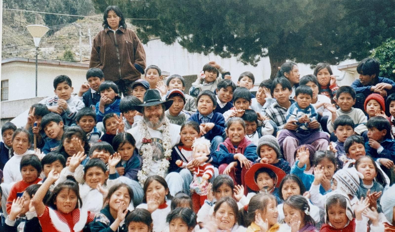 Baste Fanebust med barna i Bolivia