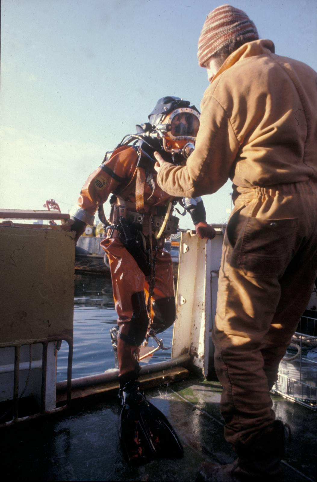 Når du dykker i kveldingen, går lyset gradvis fra mørkeblått til svart. Det lille lyset som er, blir mindre for hver meter du beveger deg bort fra klokken. Snart er det bare lysstripen fra lommelykten igjen. Stemningen er trykket og trolsk. Angus Kleppe, dykker, Seaway Falcon Foto: Jan Egil Pettersen/Norsk Oljemuseum