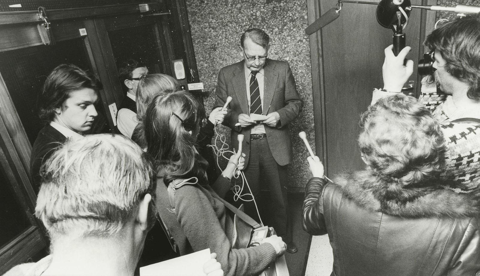 Plattformen Alexander Kielland på Ekofisk kantret. Fungerende statsminister Andreas Cappelen omgitt av pressefolk etter regjeringskonferansen sent i natt. Foto: C. Archer/AAB