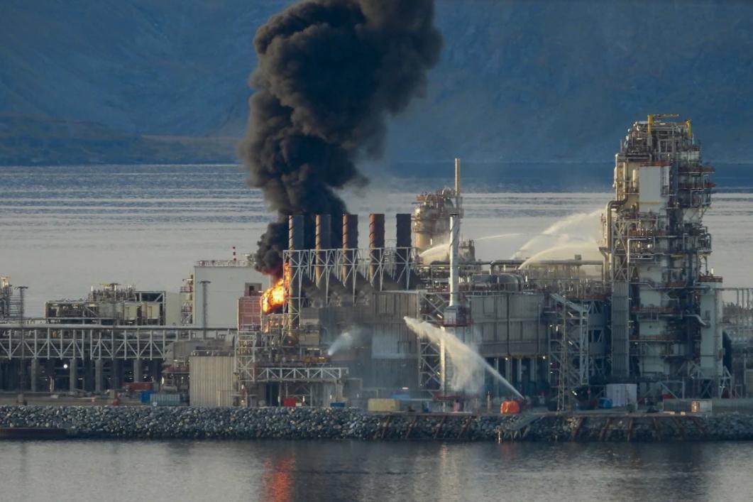 Brann i produksjonsanleggene på Melkøya utenfor Hammerfest. Foto: Bjarne Halvorsen / NTB