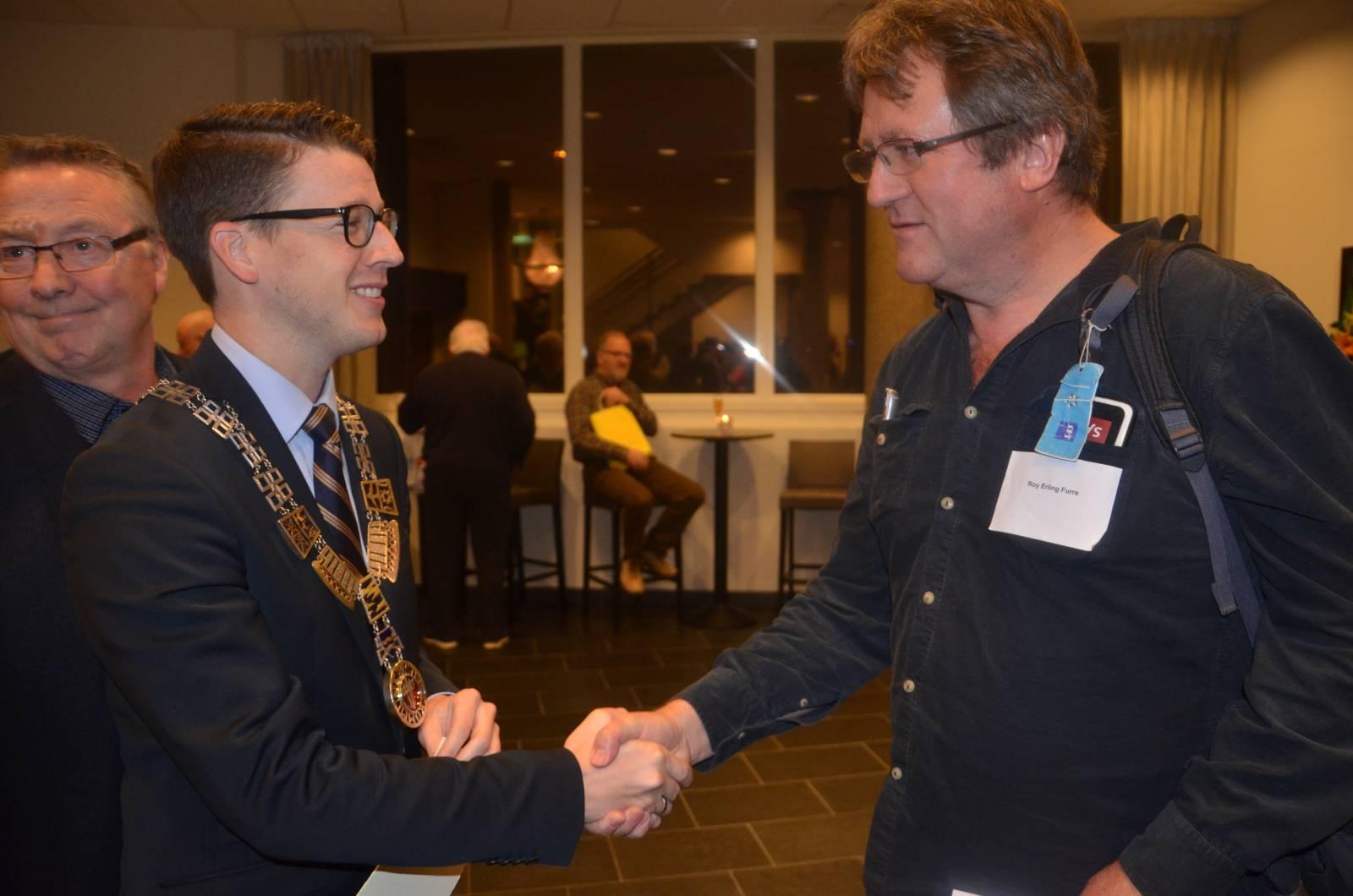 Ordfører i Sola, Ole Ueland, hilser på Roy Erling Furre før åpningen av fotoutstillingen om Alexander Kielland-utstillingen. Foto: Mette Møllerop