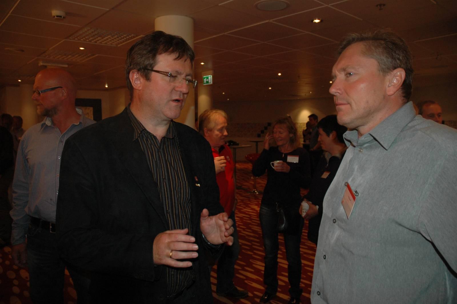 Problemstillinger under SAFE kongress 2011 diskuteres mellom Roy Erling og Tor Egil Løvli. Foto: Mette Møllerop